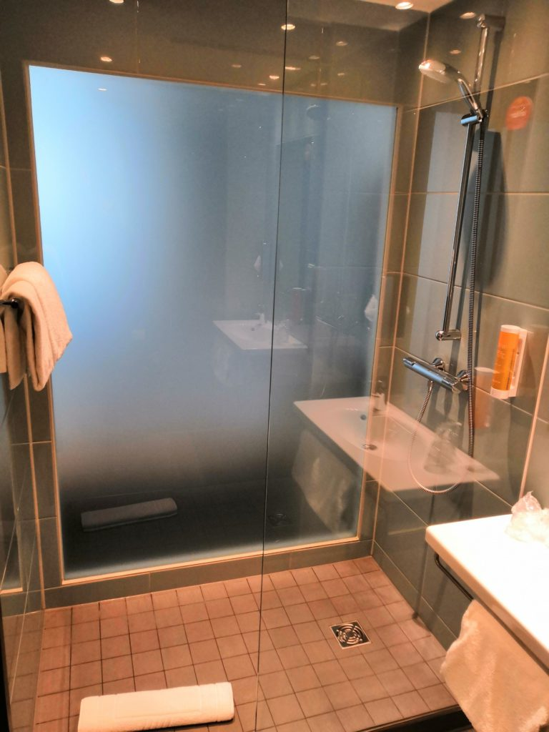 Super 8 Munich-West bathroom shower